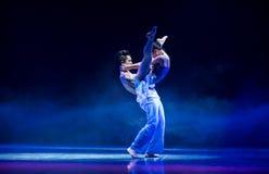 Ne peut s'empêcher de tomber dans la danse folklorique Amour-Swallowling-chinoise Image stock