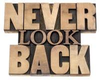 Ne regardez en arrière jamais dans le type en bois Photographie stock libre de droits