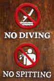 Ne sautez pas dans l'eau et ne crachez pas la salive dans la piscine Photos libres de droits