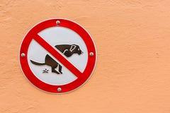 Ne signez aucune dunette de chien sur le mur image stock