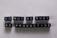 Ne soyez pas occupé, soit productif sur les blocs en bois Concept de motivation et d'inspiration images libres de droits