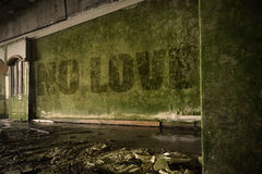 Ne textotez aucun amour sur le mur sale dans une maison ruinée abandonnée Image stock