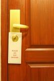 Ne touchez pas au message sur la chambre d'hôtel Image stock