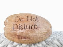 Ne touchez pas au message sur la noix de coco Shell Photo stock