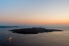 Nea Kameni на заходе солнца, Santorini, Греции стоковые фотографии rf