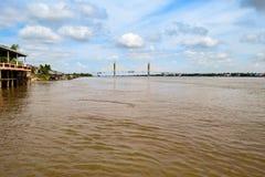 Neak Loeung most - 3 miesiąca przed ukończeniem budowa (krzyżuje Mekong rzekę, Kambodża) zdjęcie royalty free