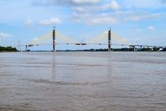 Neak Loeung most - 3 miesiąca przed ukończeniem budowa (krzyżuje Mekong rzekę, Kambodża) fotografia stock