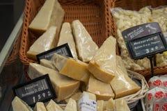NEAPEL, ITALIEN - 4. November 2018 Breite Zusammenstellung des köstlichen Käses in der Anzeige des Lebensmittelgeschäfts stockbild