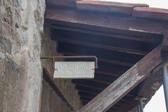 NEAPEL, ITALIEN - 4. November 2018 Ein Teil des archäologischen Parks Ercolano Zeiger auf dem Gebäude lizenzfreie stockfotografie