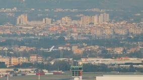 Neapel, Italien - 17. Oktober 2018: Flugzeug-Fläche des irischen Billigfluglinie-Ryanair-Passagier-Flugzeug-Flugzeugs sich entfe stock video