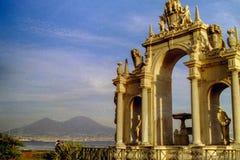 NEAPEL, ITALIEN, 1995 - Vesuv ist der Hintergrund nach das monumentale Fontana Del Gigante, der auf der Neapel-Ufergegend gelegen lizenzfreie stockbilder