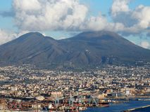 Neapel, Kampanien, Italien - 4. Februar 2018: Ansicht von Vesuv und von Hafen von Neapel gesehen von Certosa di San Martino lizenzfreies stockfoto