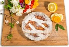 Neapolitanische Ostern-Torte besprüht mit Puderzucker und mit Freesie und frischen Früchten verziert Lizenzfreie Stockfotos