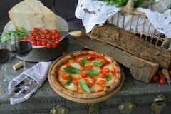 Neapolitanische Pizza mit Mozzarella, Kirschtomate und frischem Basilikum stockfoto