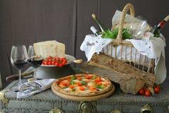 Neapolitanische Pizza mit Mozzarella, Kirschtomate und frischem Basilikum stockbild