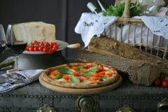Neapolitanische Pizza mit Mozzarella, Kirschtomate und frischem Basilikum lizenzfreie stockfotografie