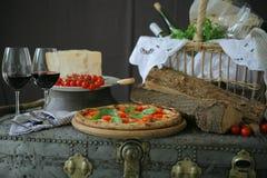 Neapolitanische Pizza mit Mozzarella, Kirschtomate und frischem Basilikum stockbilder