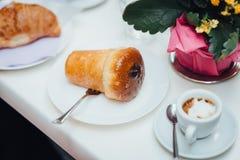 Neapolitanischer Kuchen mit Rum stockfotos