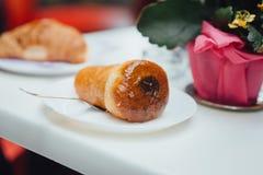 Neapolitanischer Kuchen mit Rum stockfotografie