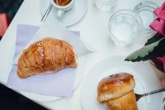 Neapolitanisches Frühstück flatlay lizenzfreies stockfoto