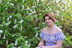 Near blomstra hägg för vuxen kvinna i parkera Arkivfoto
