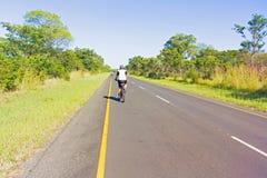 Near gräns för väg mellan Zambia och Zimbabwe Royaltyfri Foto