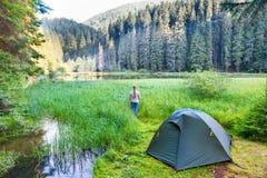 Near grönt tält för ung kvinna Fotografering för Bildbyråer