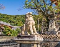 Near ingång för stenlejonskulptur till den forntida Kiyomizu-dera buddistiska templet i Kyoto, Japan Arkivfoto
