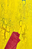 Near kant för röd servett av den gula tabellen Arkivfoton
