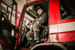 Near lastbil för brandman royaltyfri foto