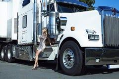 Near lastbil för kvinna Arkivbilder
