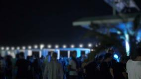Near pöl för nattsommarklubba när folk som är suddigt och kopplar av under himlen stock video