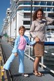 Near ship för moderdotter i port royaltyfria bilder