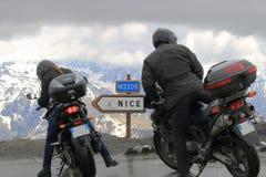 Near signposting för motoriska cyklister på sänkan de la Bonette, Frankrike Royaltyfri Bild