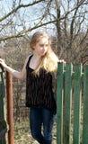 Near staket för blond flicka Royaltyfri Bild