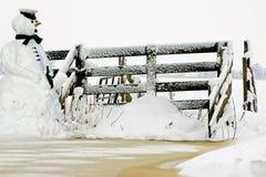 Near staket för Snowman Royaltyfri Bild