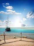 Near strand för segelbåt royaltyfri foto