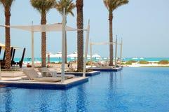 Near strand för simbassäng på det lyxiga hotellet royaltyfria foton