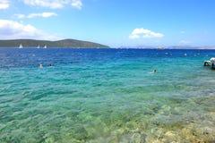 Near strand för turkosvatten på medelhavs- turkisk semesterort Arkivfoto