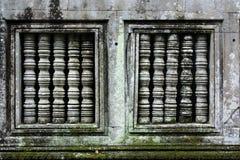 Near-symmetriska fönster i den Cambodja monumentet arkivbilder