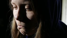 Near tänka för ledsen tonårig flicka om något och gråta close upp 4k UHD lager videofilmer