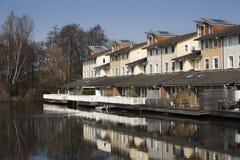 Near vatten för hus i tyst grannskap royaltyfria bilder