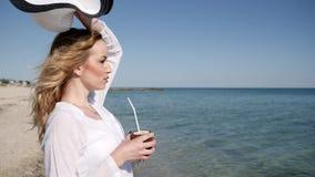 Near vatten för sexig flicka i ultrarapid, exotisk frukt i den lyckliga handen arkivfilmer