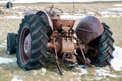 Near VIK/ICELAND - FEBRUARI 02: Rusty Tractor Abandoned i den Island nollan Arkivbild