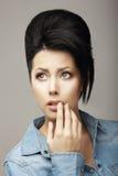 Neatness. Entzückendes jugendlich träumendes Mädchen mit den schwarzen Haaren und Guiff Lizenzfreies Stockbild