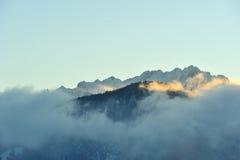 Nebbia in Alpes di mattina. Picco di Kaiser Fotografia Stock