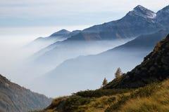 Nebbia in alpi italiane Fotografie Stock Libere da Diritti