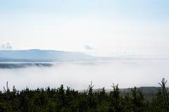 Nebbia bassa fra gli alberi e la catena montuosa distante Fotografie Stock Libere da Diritti