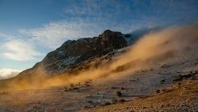 Nebbia che discende il pendio di montagna archivi video