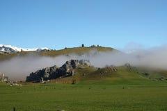 Nebbia in collina del castello Immagini Stock